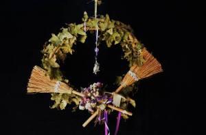 guirlanda-protecao-das-bruxas-grande-vassoura-de-bruxa